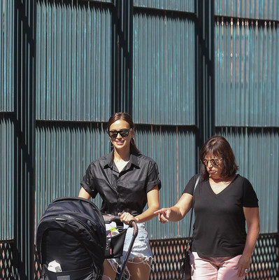 Ірина Шейк показала ідеальний образ для прогулянок з дитиною