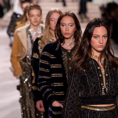 Полупрозрачные платья и твидовые комбинации в коллекции Chanel