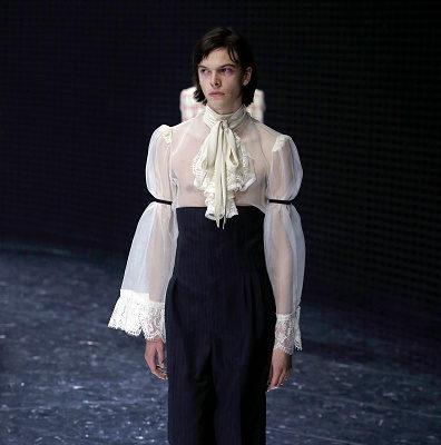 И мне такое, но с перламутровыми пуговицами: Gucci выпустил платье для мужчин